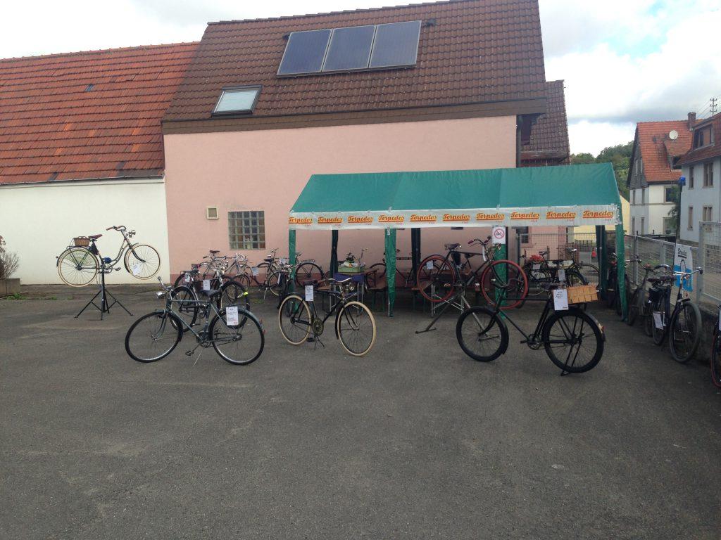 Fuhrpark im Schulhof